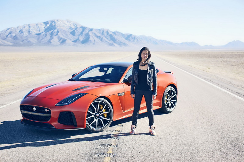 Persoonlijk record voor Hollywood-actrice Michelle Rodriguez (Fast and Furious), in snelste Jaguar ooit.