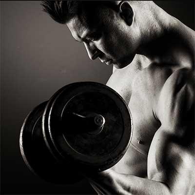 Biceps. Laat die spierballen rollen