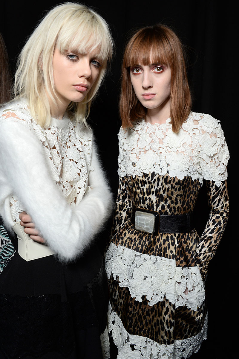 De lange pony is terug. Model backstage bij Emanuel Ungaro, photo: courtesy of Emanuel Ungaro