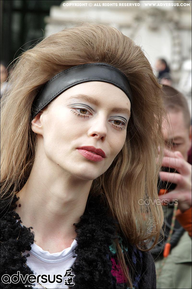 Ondria Hardin bij de Chanel Fashion Show
