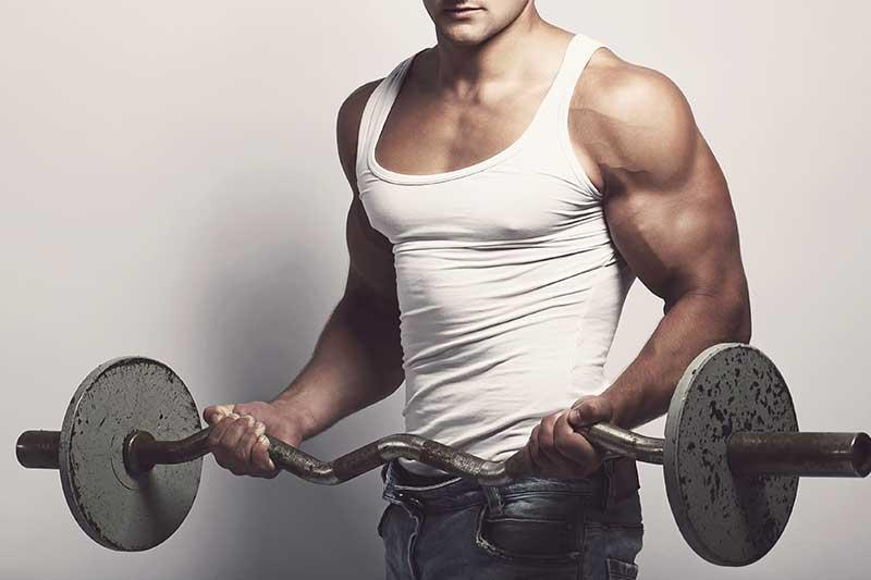Biceps trainen met een halterstang