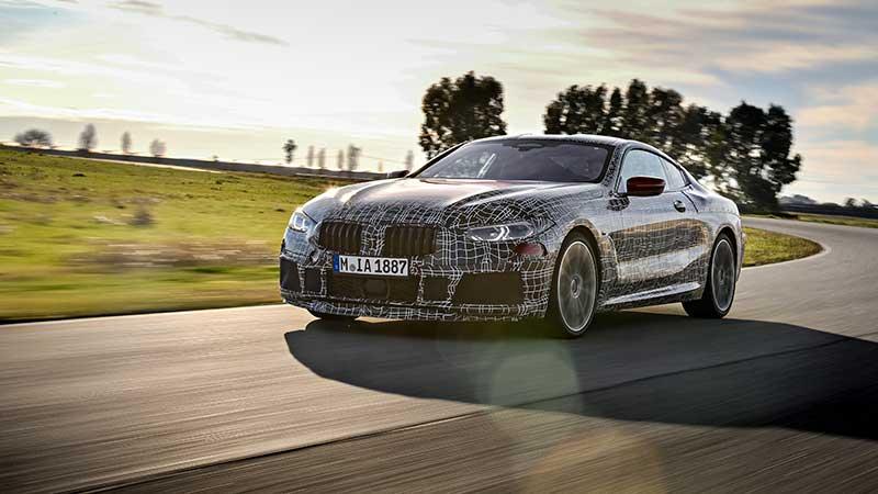 Warm-up ronden in Italië: De nieuwe BMW 8 Serie Coupe ondergaat dynamische tests op het circuit