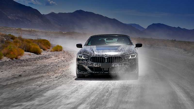 Prototype BMW 8 Serie Cabrio rijdt door Death Valley