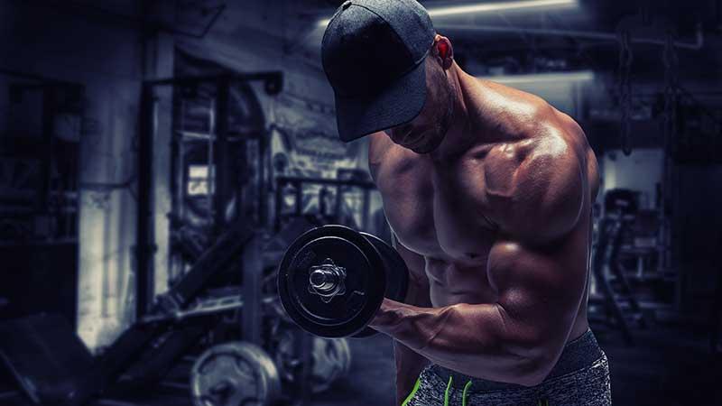 Biceps trainen met slechts één (niet eens al te zwaar) dumbbell
