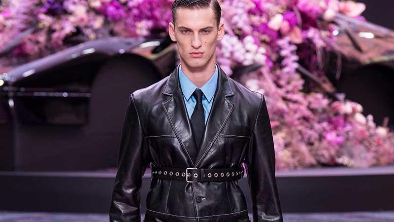 Mannenmode: leer -Versace Lente Zomer 2020