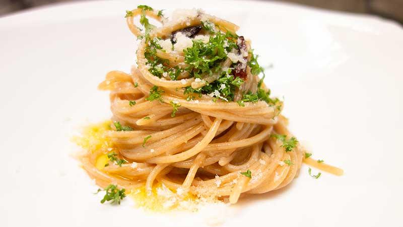 Spaghetti aglio, olio e peperoncino in een 'de luxe' versie