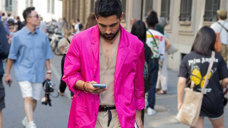 Streetstyle mode man zomer 2020. Roze voor hem! Foto: Charlotte Mesman