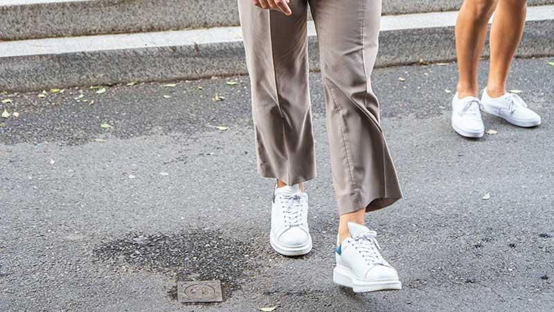 Mannen mode trends zomer 2020 - Witte schoenen - Foto Charlotte Mesman