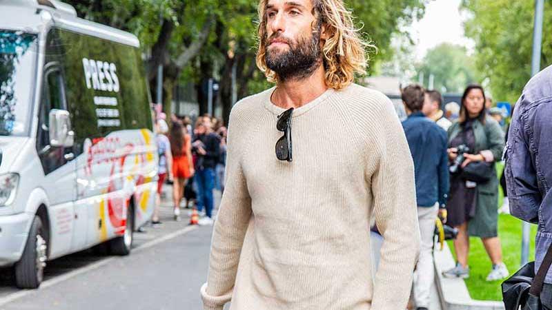 Streetstyle mode zomer 2020. Stylish in zomertrui. Foto: Charlotte Mesman