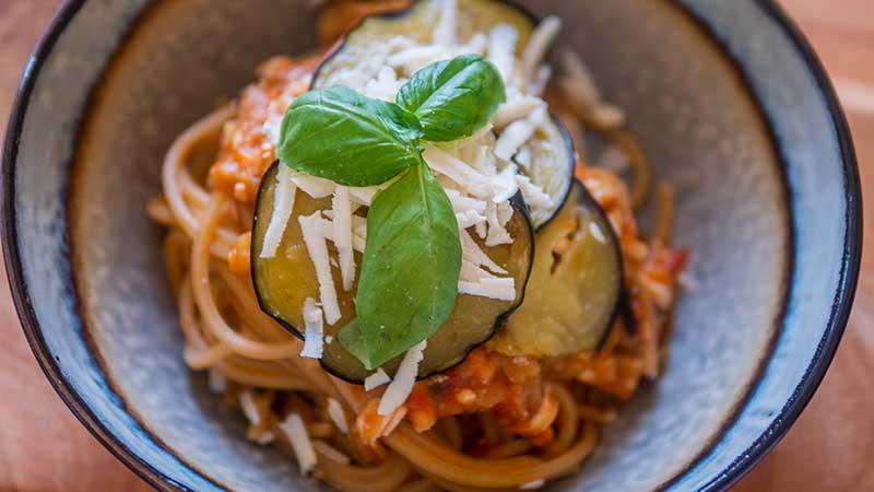 Pasta met aubergine, verse tomaten en gezouten ricotta (pasta alla Norma)