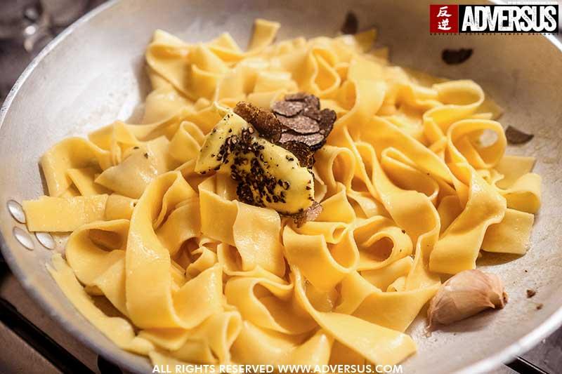 Zelf gemaakte pappardelle met zwarte truffel saus