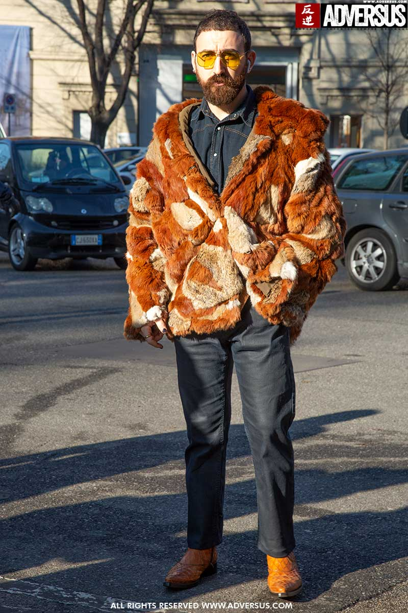 Streetstyle mode winter 2020 2021. Mannen in teddycoat of (nep)bontjas