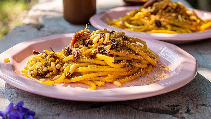 Bucatini met ansjovis, venkelkruid, pijnboompitten en krentjes. Foto: Charlotte Mesman