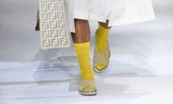 Modetrends heren lente zomer 2021. Sandalen met sokken? Zo draag je ze!