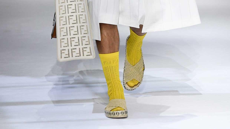 Modetrends heren lente zomer 2021. Sandalen met sokken
